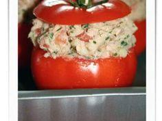 Un plat complet et surtout léger! Servie avec une belle salade verte, c'est délicieux! - Recette Plat : Tomates farcies au thon & pomme de terre par What's For Lunch ?!