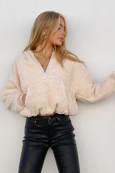 Half Zip Sweaters, Zip Up Sweater, Sherpa Hoodie, Zip Hoodie, Cream Jacket, Cream Style, Autumn Clothes, Sweatshirt Outfit, Cropped Hoodie
