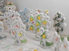 Albero della vita in ceramica Capodimonte per bomboniere battesimo, comunione, cresima e anniversario. Disponibili in 5 formati. Place Cards, Place Card Holders, Flowers