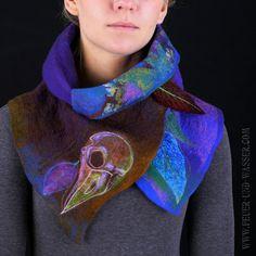 Een stevig en duurzaam kunst sjaal gemaakt via de nuno-vilten techniek, met prachtige, handgemaakte grijze geverfd merinoswol en zijde chiffon stof, geborduurd met zijden draad om te accentueren het ontwerp afgedrukt. Kan worden gedragen met meerdere stijlen, voor comfort of show, op elke gelegenheid. Mooi en leuk om te raken van texturen. Oog springende kleurovergangen.  Sjaal is geborduurd met een gestileerde psychedelische kraai schedel, bladeren en hout takken.  Levendige kleuren zal…