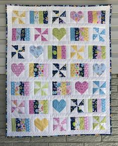 Girl quilts patterns - Hearts and Pinwheels Baby Quilt – Girl quilts patterns Pinwheel Quilt Pattern, Quilt Patterns Free, Chevron Quilt, Hexagon Quilt, Loom Patterns, Baby Girl Quilts, Girls Quilts, Quilt Baby, Baby Clothes Quilt