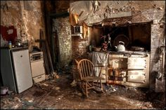 Paradise Lost: Haunting images of historic manor house once home to poet John Milton that has lain abandoned since 1987 Old Buildings, Abandoned Buildings, Abandoned Places, Abandoned Castles, Abandoned Property, Abandoned Mansions, Old Houses, Old Things, Architecture