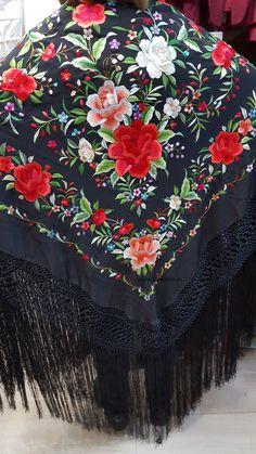Mantón de Manila. Folk Fashion, Fashion Days, Vintage Fashion, Wedding Cardigan, Redo Clothes, Chinese Embroidery, Mexican Outfit, Folk Clothing, Silk Shawl