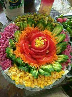 Редена салата с цвете от домат