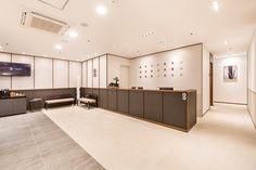 송도한의원 - 송도미올한의원 인테리어 사진 찍었어요 : 네이버 블로그 Chinese Interior, Modern Interior, Interior Architecture, Interior Design, Reception Counter Design, Waiting Area, House Restaurant, Shop Interiors, Traditional Design