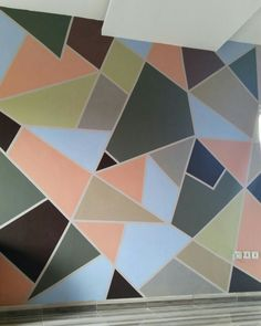 Mengoptimalkan dinding kamar dengan nuansa warna yang simple sehingga dapat merelaksasikan pikiran saat memandang warna yang lembut..  Memanfaatkan sisa sisa Cat dinding, di padupadakankan dengan warna lain membentuk segi segi acak
