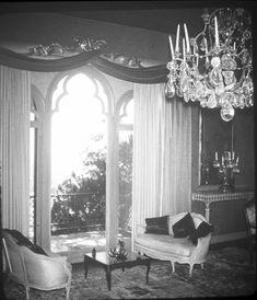 Doris Duke's Beverly Hills house, Falcon Lair. Design by Tony Duquette. Vintage Hollywood, Classic Hollywood, Hollywood Regency, Doris Duke, American Mansions, Rudolph Valentino, Beverly Hills Houses, Unusual Buildings, Fly On The Wall