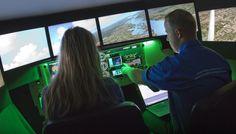 Faites un tour de Redbird: Sans quitter le sol, ayez la sensation de voler. Essayez le simulateur de vol Redbird FMX du Musée à système de mouvement complet.