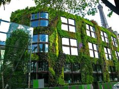 One of the best loved vertical gardens inhabits the walls of the Musee du Quai Branly in Paris. Created by Patrick Blanc, the inventor of vertical garden systems, this living wall is simply stunning. Green Architecture, Organic Architecture, Amazing Architecture, Architecture Organique, Vertical Vegetable Gardens, Vertical Garden Design, Garden Living, Urban Landscape, Landscape Design