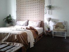 |BEDROOM| De slaapkamer is éigenlijk te donker voor planten maar kan het niet laten..🌱🌿 Fijne zondag! #interior4all #interior2you #stoerwonen #binnenkijken #myhometoinspire #homeinterior4all #vtwonenbijmijthuis #flairnl #homedetails #ilovemyinterior #showhometop5 #urbangreen #plants #bedroom #palletbed #pallets