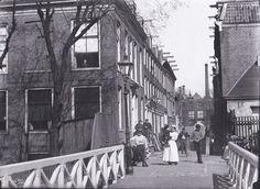 Amsterdam, Vierwindenstraat, gezien vanaf vlotbrug over Realengracht. Huis op No 1 is ,, De Drie Gekroonde Haringen in 1781 gebouwd door Haring Booy Jacob Olie 1895