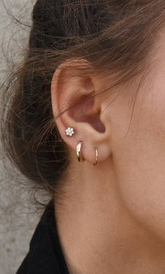 Ideas for ear piercings. Double piercings and unique piercings including helix, rook and lobe. Earring styles including hoop, minimalist and statement. Gold and silver earrings. Piercing Cartilage, Cute Ear Piercings, Piercing Tattoo, Double Lobe Piercing, Girl Piercings, Second Hole Piercing, Web Piercing, Double Helix Piercing, Ear Piercings