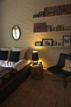 chambre, étagère, lumière, mur de brique