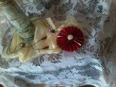 Colar de material reciclado: papel e jornal. Maxi colar com pingente em formato de flor em vermelho vivo. Colar muito bonito e bem leve.