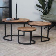 Der Satztisch OXFORD macht in jedem Wohnzimmer eine gute Figur. Dank der drei unterschiedlich großen Tische, die sich komfortabel ineinander schieben lassen, ist dieses 3-teilige Set ideal für kleine Räume geeignet. Optisch besonders charmant ist die C-Form des pulverbeschichteten Stahlgestells in Schwarz. Es harmoniert ideal mit der ca. 20 mm starken, runden Tischplatte aus massivem Mangoholz und entfaltet seine volle Funktionalität durch die vielfältigen Möglichkeiten. Outside Living, Form, Interior Ideas, Kitchens, Furniture, Design, Home Decor, Products, Houses