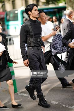 Kenshi Okada wears a black turtleneck sweater with elbow pads,a Dior. Moda Cyberpunk, Cyberpunk Clothes, Black Turtleneck Outfit, Mens Turtleneck, Boy Fashion, Paris Fashion, Cargo Pants Outfit, Gay Outfit, Streetwear