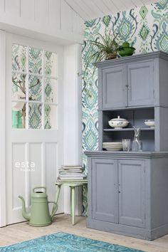 Dit witte barok behang met groen geschilderde ornamenten geeft jouw interieur een exotisch tintje. De zomerse groene kleurtinten maken van elke wand een tropisch paradijs. Door de exo-texture ziet het behang er niet alleen heel authentiek uit maar voelt het ook nog eens puur en natuurlijk. Een mooie muurdecoratie voor een zomerse woonkamer, beachy slaapkamer of trendy meisjeskamer.