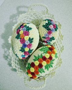 Easter Tree, Easter Wreaths, Easter Eggs, Quilling Cards, Paper Quilling, Paper Art, Egg Art, Egg Decorating, Pom Poms