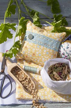 Throw Pillows, Bed, Health, Queen Annes Lace, Geraniums, Diy, Garten, Jean Bag, Farmhouse