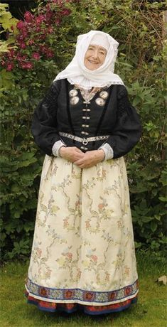 Women's dress from Læsø, Danmark - On Læsø they have preserved the wearing of the traditional dress the longest of all the places in the country. Festtrøyen was always black, with sumptuous silken fabrics brought home from distant countries by their seafaring menfolk. It changed after the changing fashion, but always included the eye-catching silver bråsene.