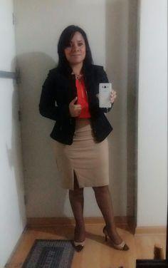 Saco negro ETC WOMAN, blusa coral LUAO y falda beige ETC WOMAN.