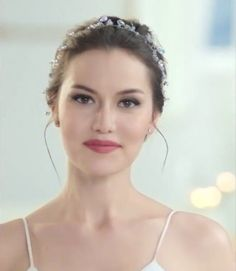 Fahriye Evcen Bridesmaid Makeup, Turkish Beauty, Modest Wedding Dresses, Wedding Hair Accessories, Bride Hairstyles, Hair Jewelry, Wedding Makeup, Pretty Woman, Beauty Women
