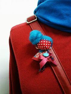 maramanufaktura / brošňa mini MARA gombička /tyrkysovo červená/