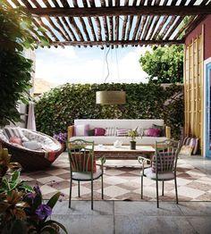 terrassengestaltung sichtschutz efeu überdachung holzlatten teppich