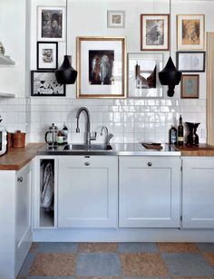 "For a small kitchen ""spacious"" it is above all a kitchen layout I or U kitchen layout according to the configuration of the space. Kitchen Dining, Kitchen Decor, Bistro Kitchen, Decorating Kitchen, Minimalist Kitchen, Küchen Design, Design Ideas, Interiores Design, Home Decor Inspiration"