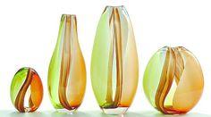 Com base em uma técnica artesanal italiana, o vidro é moldado por meio de sopro e movimentos manuais que resultam em peças com cores e design exclusivo