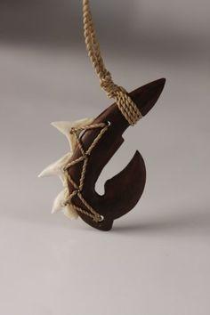 Makau with shark teeth Antler Necklace, Wooden Necklace, Wooden Jewelry, Jewelry Art, Collar Indio, Hook Tattoos, Fish Hook Necklace, Hawaiian Crafts, Bone Crafts