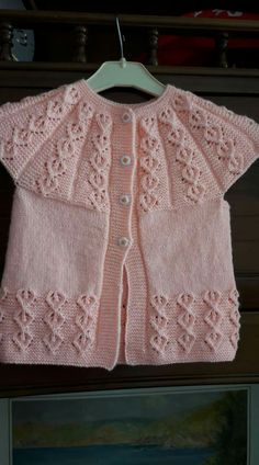 This post was discovered by Negoita Costin Lucia. Discover (and save!) your own Posts on Unirazi. Baby Cardigan Knitting Pattern, Lace Knitting Patterns, Knitting Designs, Baby Knitting, Crochet For Kids, Crochet Baby, Baby Vest, Embroidery Suits, Baby Kind