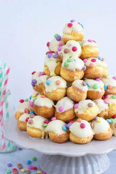 Vrolijke witte chocolade soesjestoren White chocolate cream puffs with multicolor sprinkles perfect for tea parties Birthday Treats, Party Treats, Party Snacks, Happy Birthday, Tea Recipes, Sweet Recipes, High Tea Food, Croquembouche, Kids Meals