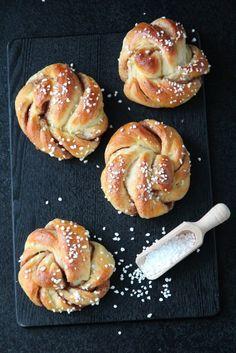 kanelsnurrer - norsk The very best cinnamon buns Sweet Recipes, Cake Recipes, Dessert Recipes, Desserts, Homemade Dinner Rolls, Norwegian Food, Homemade Cookies, Sugar Cravings, Sweet Bread