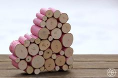 Utilisé comme dessous de plat ou comme objet déco à suspendre ou à poser, ce coeur se compose de petits rondins de bois fixés les uns aux autres à la colle. Ils sont d'abord découpés à la même hauteur à l'aide d'une scie à onglets et leur écorce est recouverte de peinture acrylique. Il est préférable de faire un assemblage à blanc avant de les fixer définitivement.