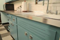 Can Annie Sloan Chalk Paint transform these kitchen cabinets? Jessica's retro kitchen before and after