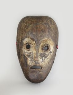 Is said to be living in the forest of the Congo, it is a mask by hand (Como or family) Cumulus family.