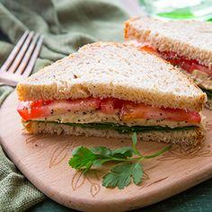 This Tomato, Hummus, and Spinach Sandwich is so tasty! #hummussandwich #veggiesandwich #healthylunchrecipe
