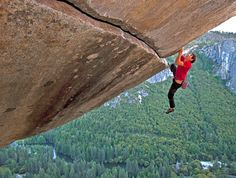 This guy named Alex Honnold climbed the face of El Cap, free solo. he was the first human to ever attempt a climb this severe. Yosemite Climbing, Mountain Climbing, Boulder Climbing, Solo Climbing, Climbing Holds, Emergency Preparedness Kit, Survival, Parkour, Yosemite National Park