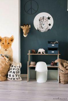Shop de producten van deze foto op SHOPINSTIJL.nl - Leuk detail dat er allemaal wilde dieren in de kamer aanwezig zijn; een giraffenkop aan de muur en een jonge leeuw als enorme muursticker. #Kidsroomideas