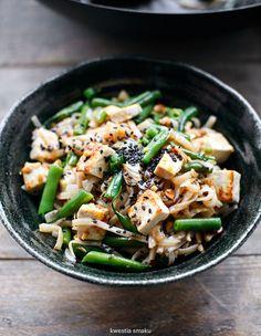 Makaron ryżowy smażony z fasolką, imbirem i tofu lub kurczakiem