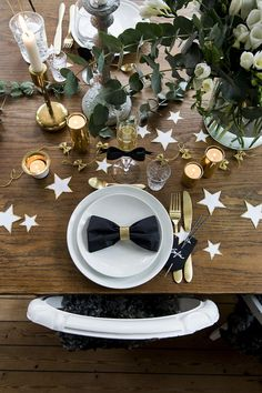 25 New Years party table decor ideas A New Year is approaching and if you are hosting a party this y Homemade Party Decorations, New Years Eve Decorations, Party Table Decorations, Christmas Table Decorations, Decoration Table, Deco Nouvel An, New Years Dinner Party, Kids New Years Eve, New Year Table