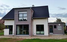 Einfamilienhaus modern Holzhaus Satteldach Flachdach mit Gaube Holzfassade modern Eckfenster