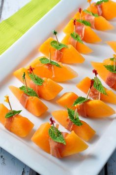 Prosciutto with Melon and Mint makes an easy Italian appetizer. Just wrap a strip of Italian prosciutto around a slice of melon and secure with a toothpick. Italian Appetizers Easy, Italian Snacks, Quick And Easy Appetizers, Appetizers For Party, Italian Recipes, Appetizer Recipes, Appetizer Ideas, Italian Party Foods, Italian Finger Foods