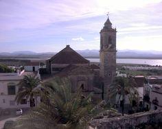"""#Cádiz - #Bornos - Iglesia de Santo Domingo de Guzmán / 36º 48' 52"""" -5º 44' 36"""" / 36.814444, -5.743333  Iglesia parroquial del siglo XVI. Su construcción pertenece a dos estilos diferenciados: el primitivo ojival, ya muy reformado y otro barroco que invadió toda la iglesia. La torre del campanario es de 1.792. La pieza más valiosa es la piedra o ara que se haya en su fachada empotrada a la derecha de la puerta principal (se supone que estaban las reliquias de diferentes santos)."""