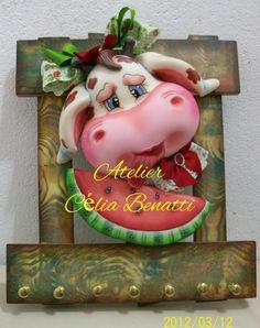 PORTA CHAVES VAQUINHA COM MELANCIA. Porta chaves decorado com uma vaquinha lambendo uma fatia de melancia feito em biscuit. www.elo7.com.br/celiabenatti