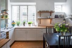Love the simplicity of this kitchen.