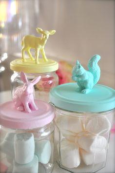 Plastic dieren geplakt op een deksel en over gespoten in leuke kleurtjes.