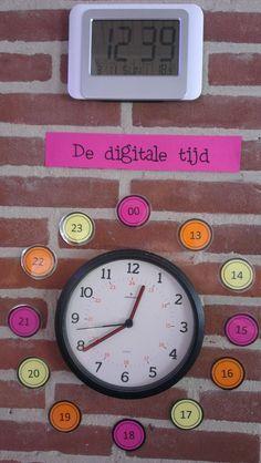 Een klok in de klas combineren met de digitale klok. Zo kunnen de leerlingen de klok op alle mogelijke manieren aflezen. Wanneer jongere kinderen het nog niet kunnen, worden ze zo wat benieuwd naar de betekenis.