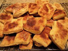 Nanbrød : 2 dl melk 2 ss sukker pk gjær 1 ts salt 2 ts bakepulver 4 ss olivenolje 3 dl. Snack Recipes, Snacks, Scones, Garam Masala, Pancakes, Food And Drink, Chips, Breakfast, Honey